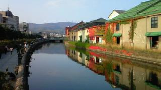 小樽運河の倉庫群・アイビーの赤が鮮やか