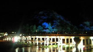 嵐山花灯路・幻想的に浮かびあがる渡月橋